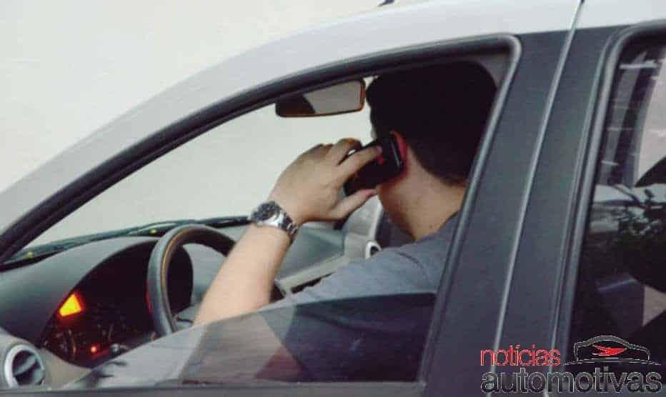 Multa por dirigir usando o celular: veja o valor