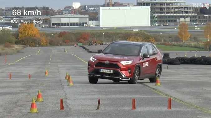Toyota RAV4 does not pass the trench in Sweden (video)