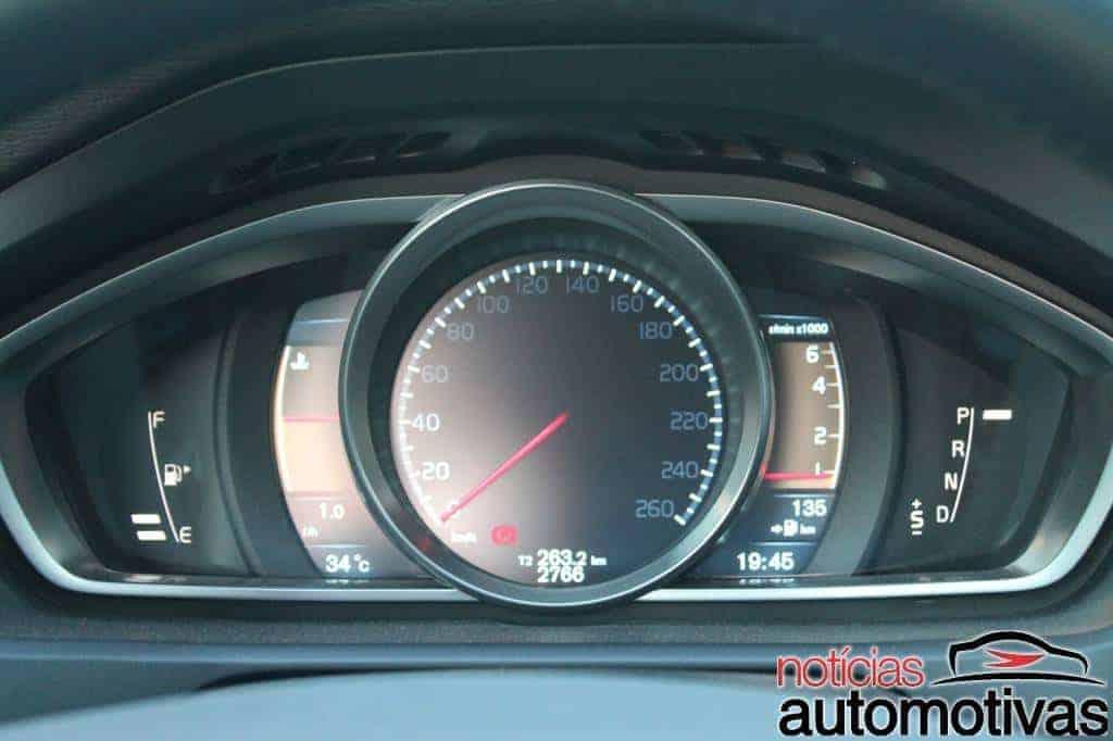 Volvo V40 tem bom desempenho, mas tecnologia embarcada também atrai